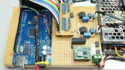 Blick auf eine Platine mit Arduino und Elektronik.