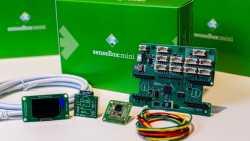 Eine grüne Kiste, davor mehrere Elektronikteile.
