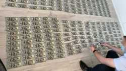 Zahlreiche 100-US-Dollar-Scheine georndet auf dem Boden ausgelegt
