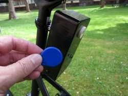 Ein blauer RFID-Chip vor einem schwarzen Kasten