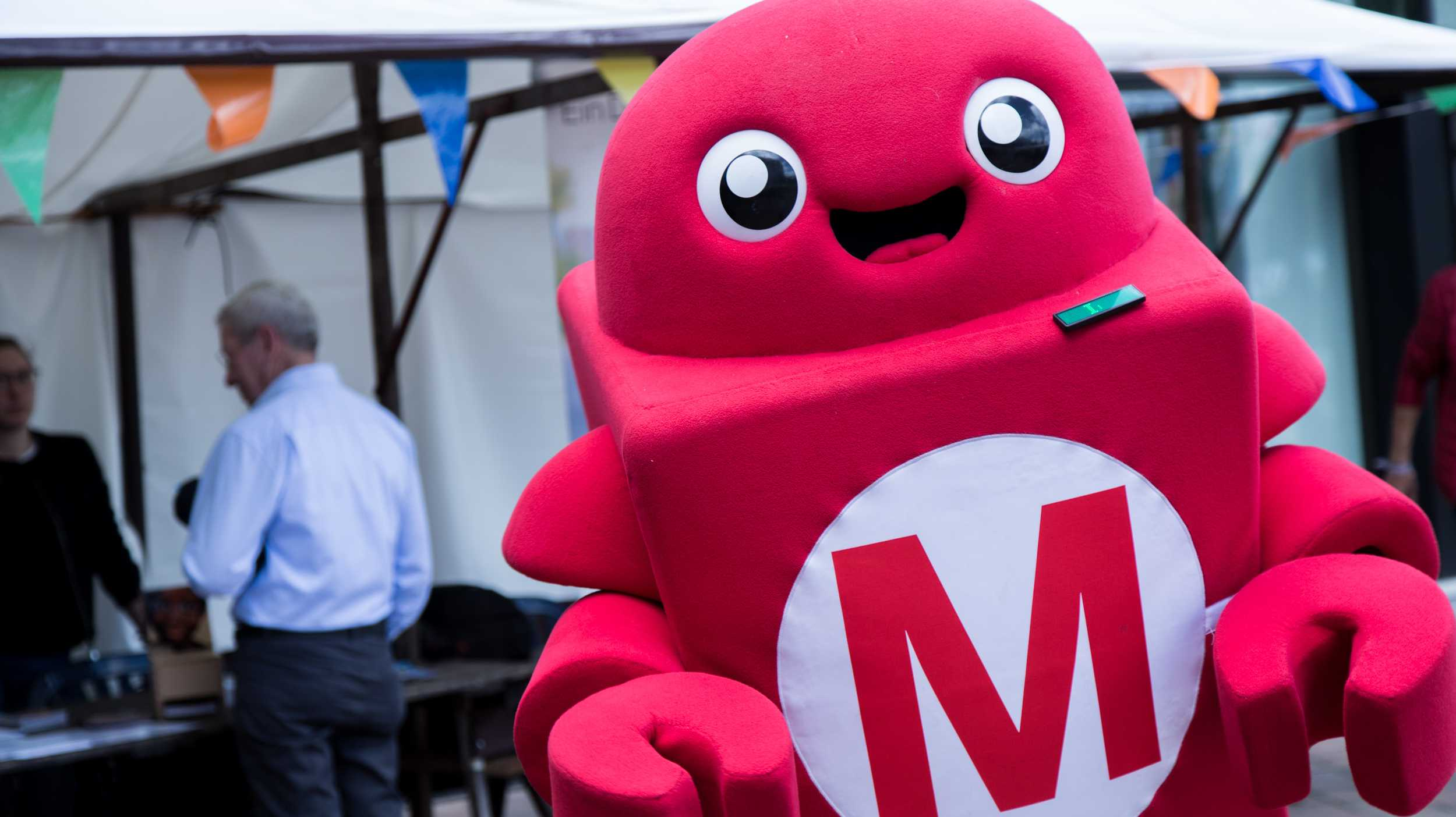 Ein lebensgroßer, roter Roboter aus Plüsch: Der Makey.