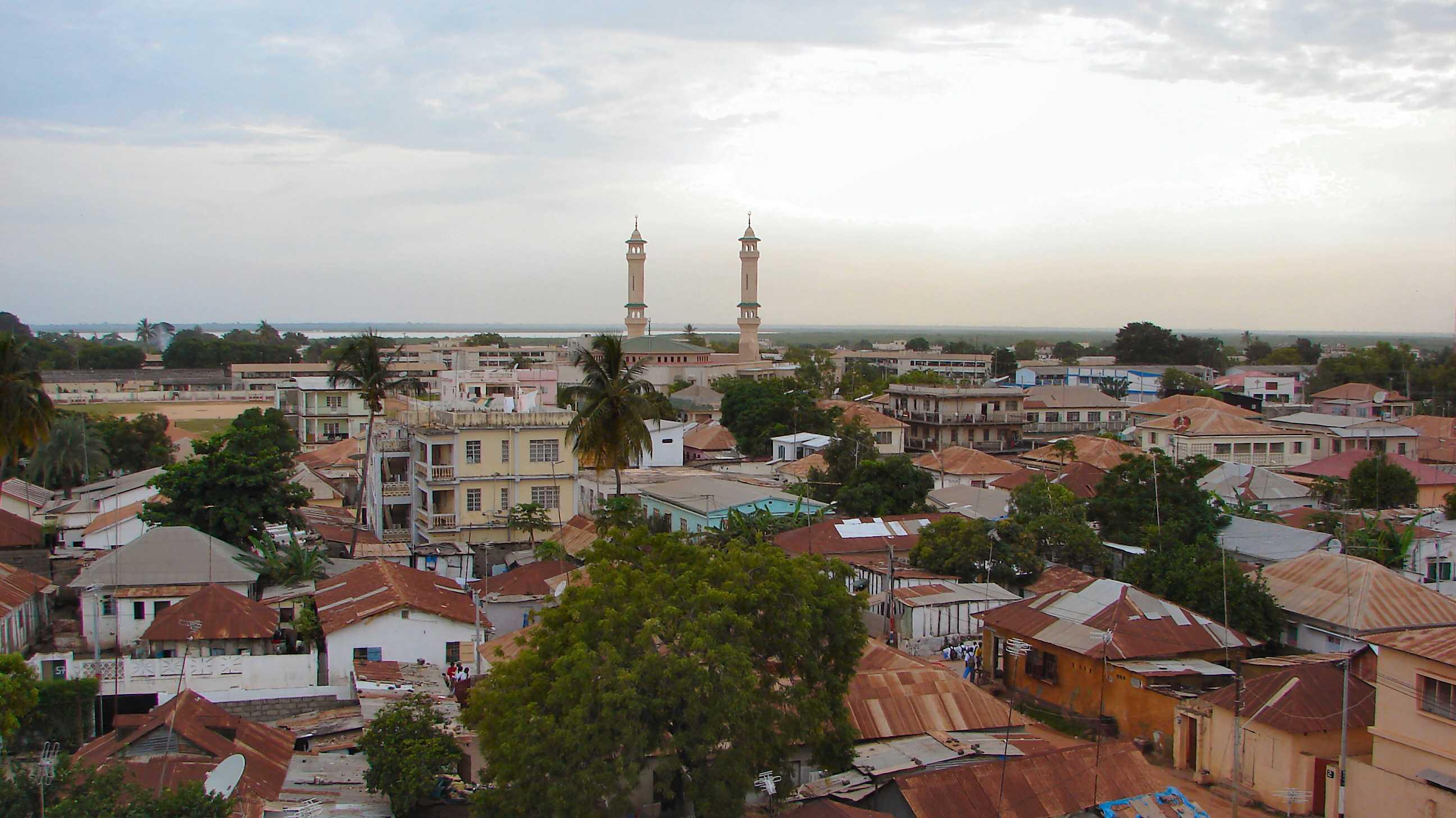 Häuser, im Hintegrund eine Moschee
