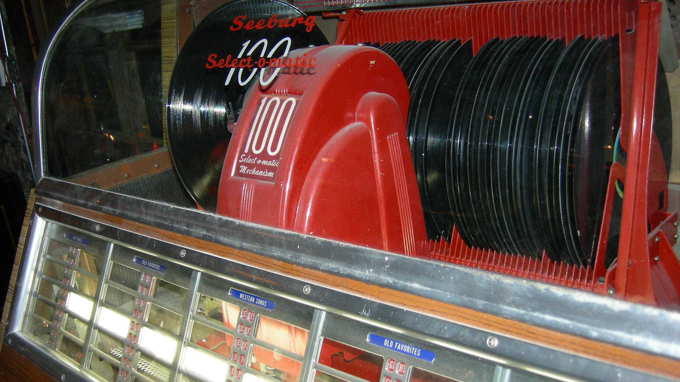 Jukebox mit schwarzen Scheiben