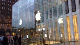 Gläsernes Gebäude mit Apfelsymbol