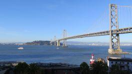 Blick auf Meer, Insel, Brücke
