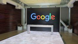 Google-Schriftzug über altarartigem Tisch