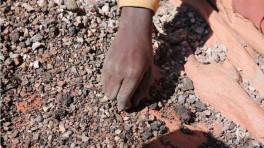 Ein 13-Jähriger sortiert im Kongo Mineralien