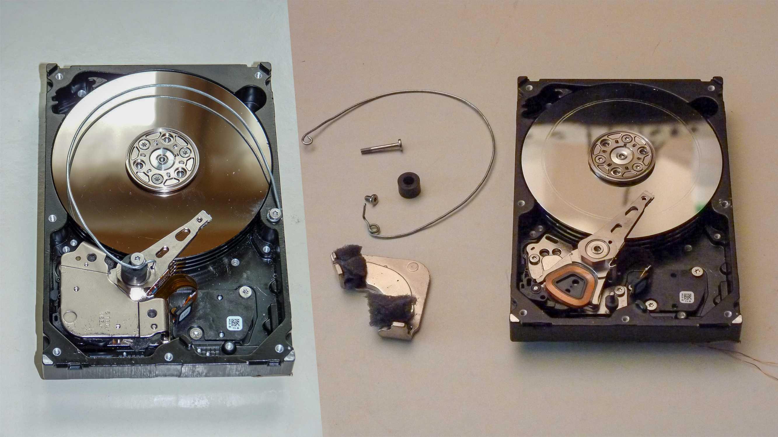 Collage aus Festplatte mit Drahtaufbau sowie der Festplatte mit den einzelnen Bauteilen.