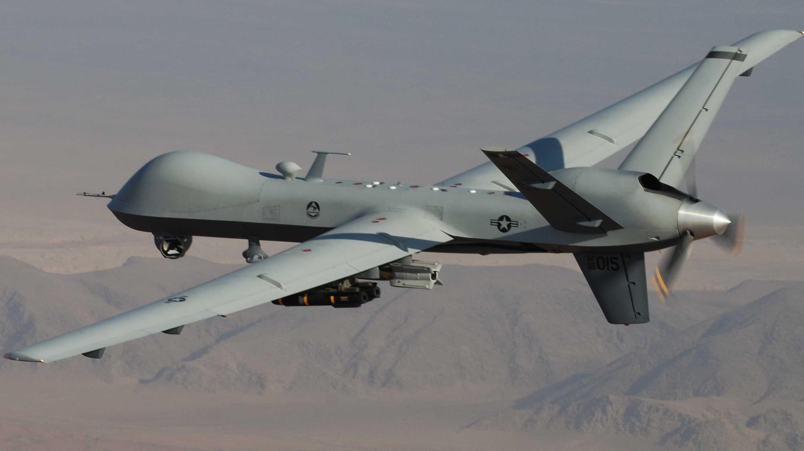 Drohne MQ-9 Reaper, bewaffnet mit  lasergesteuerten Bomben (Paveway II) und Hellfire-Raketen (AGM-114)