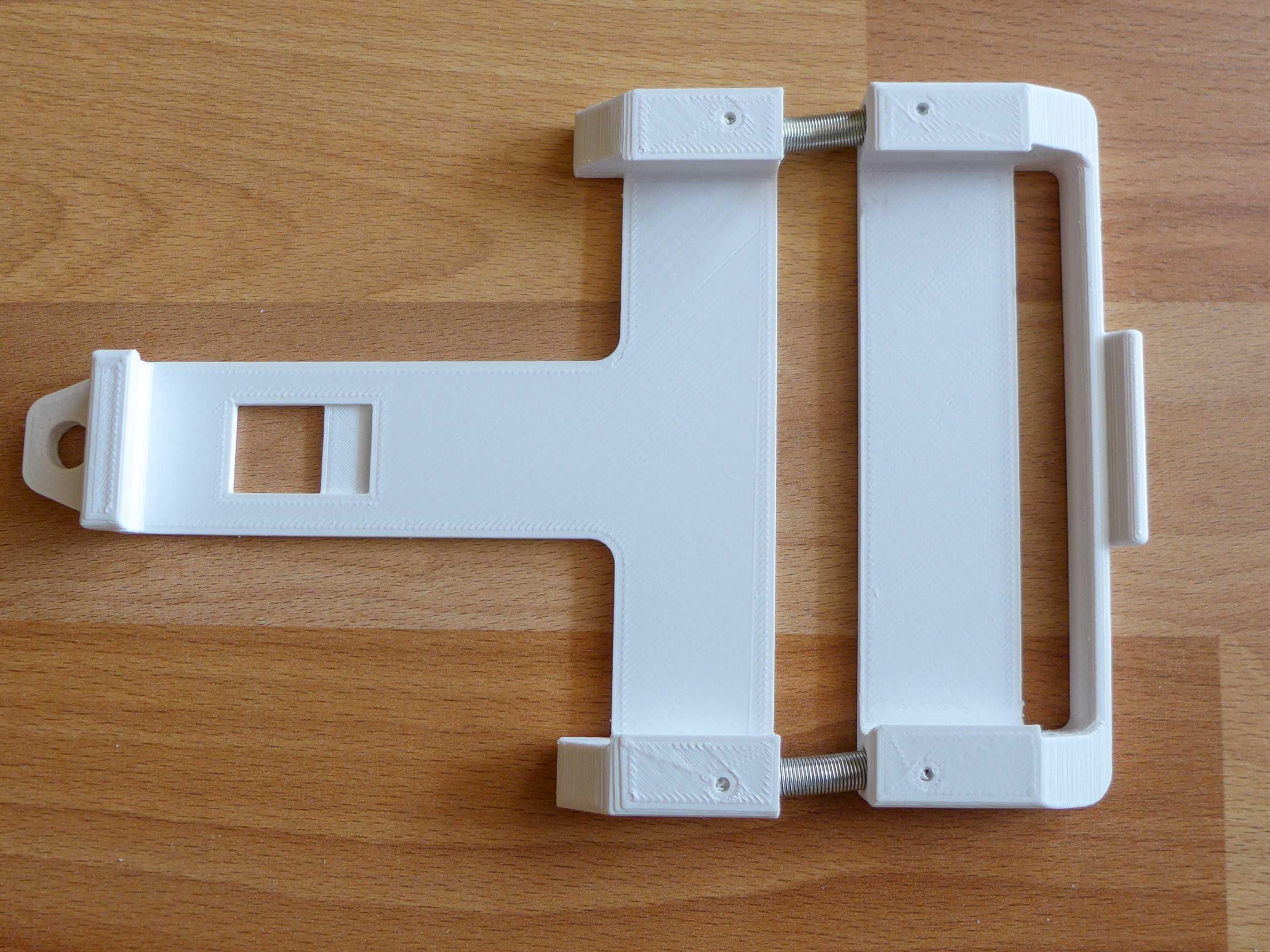 3D-gedruckte Teile der Halterung auf einem Tisch.