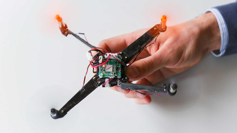 Prototyp: Mini-Quadcopter entfaltet sich beim Start automatisch