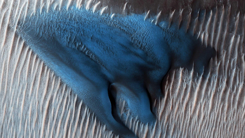 NASA-Orbiter fotografiert blaue Düne auf dem Mars