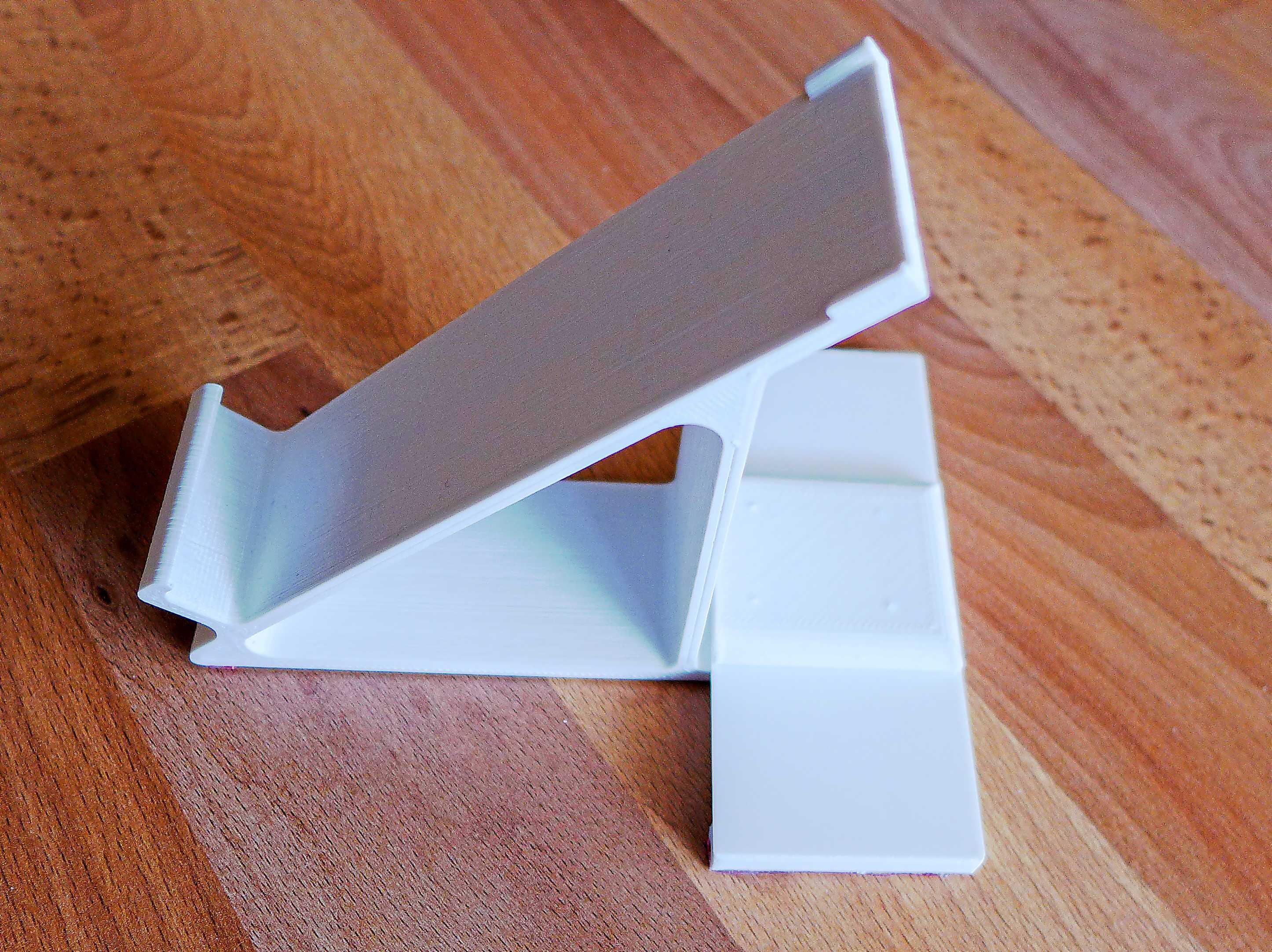 3D-gedruckte Halterung auf einem Tisch.
