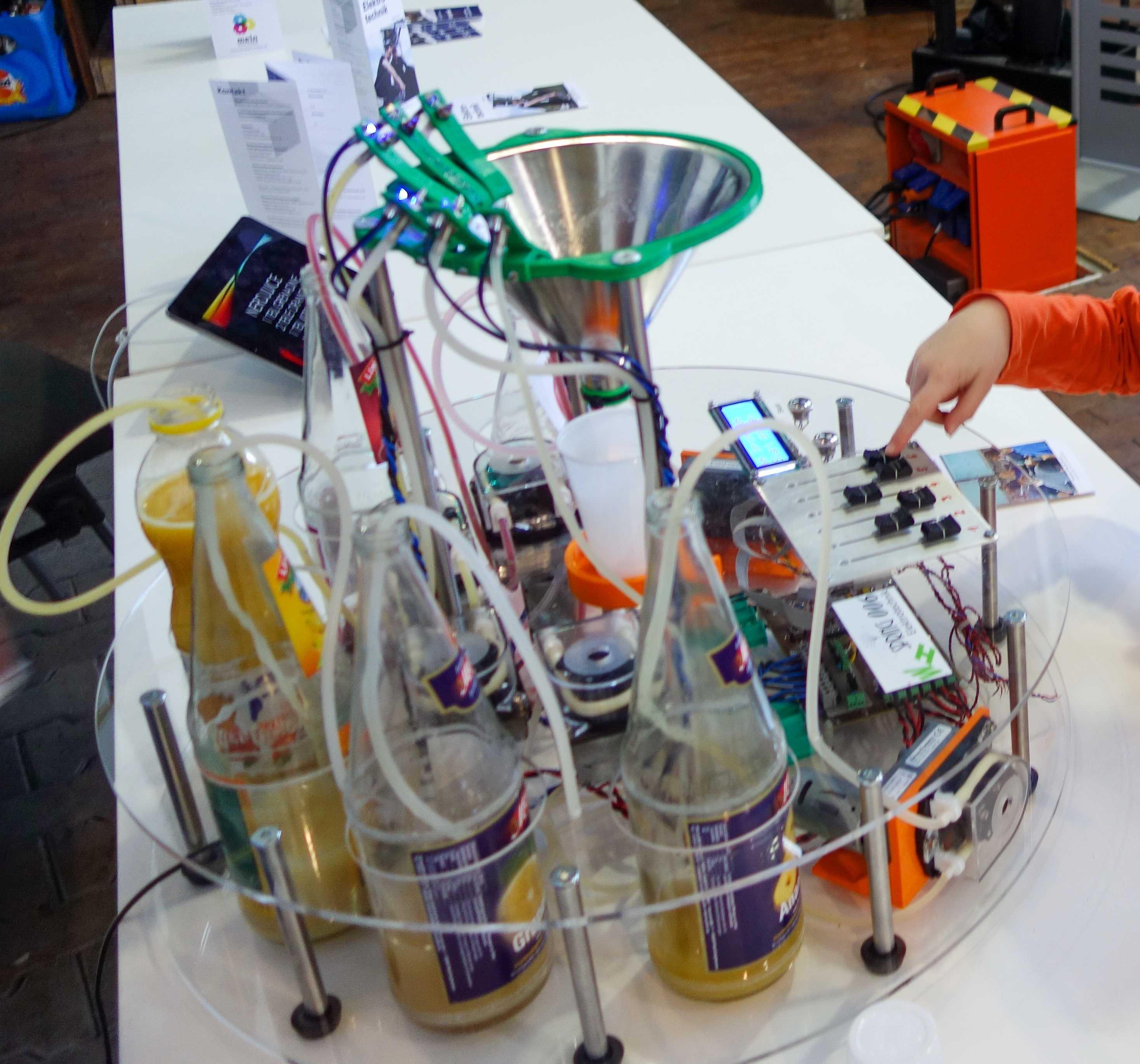 Eine Maschine mit vielen Schläuchen und Flaschen.
