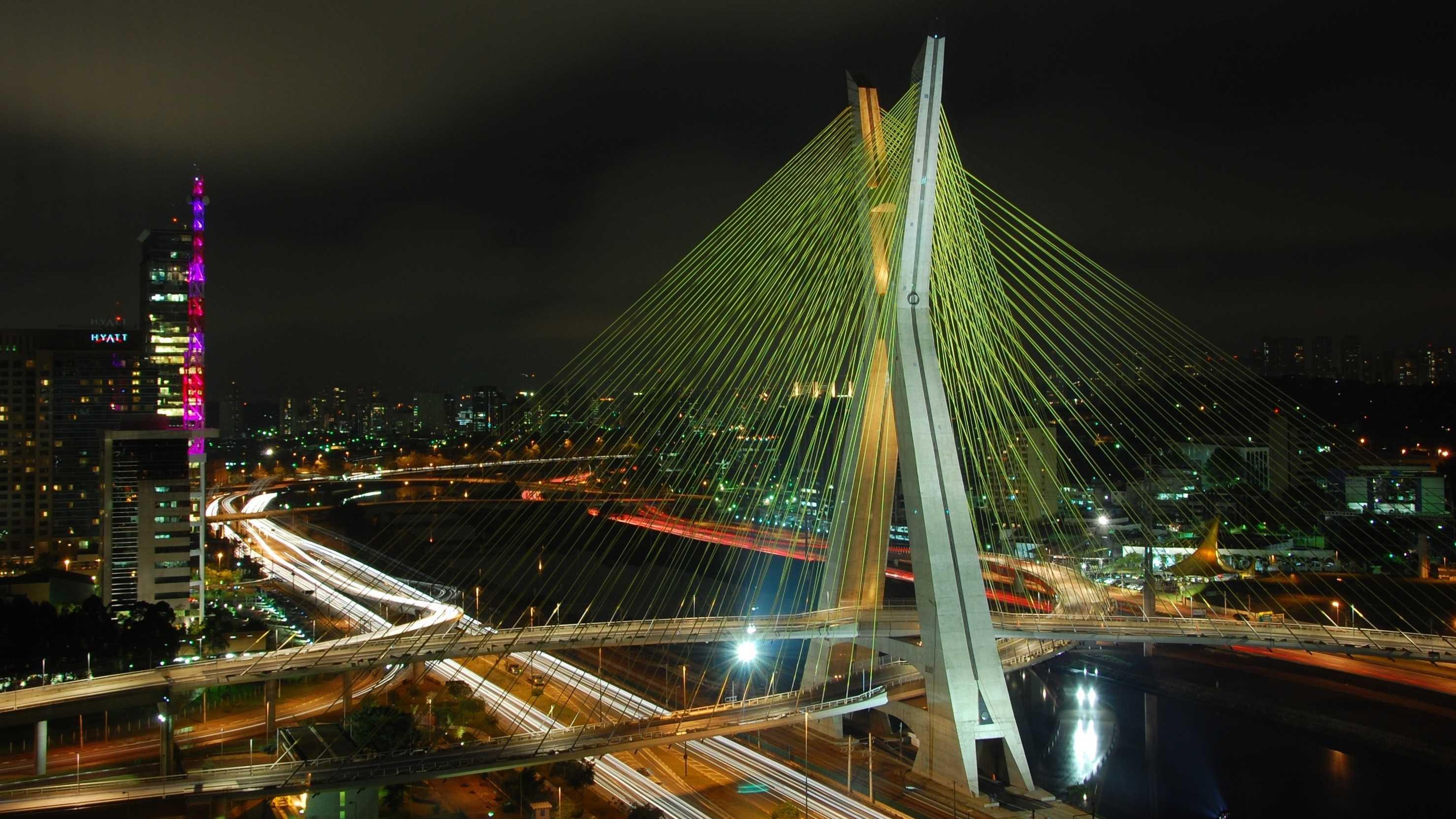 Nachtaufnahme einer beleuchteten Brücke