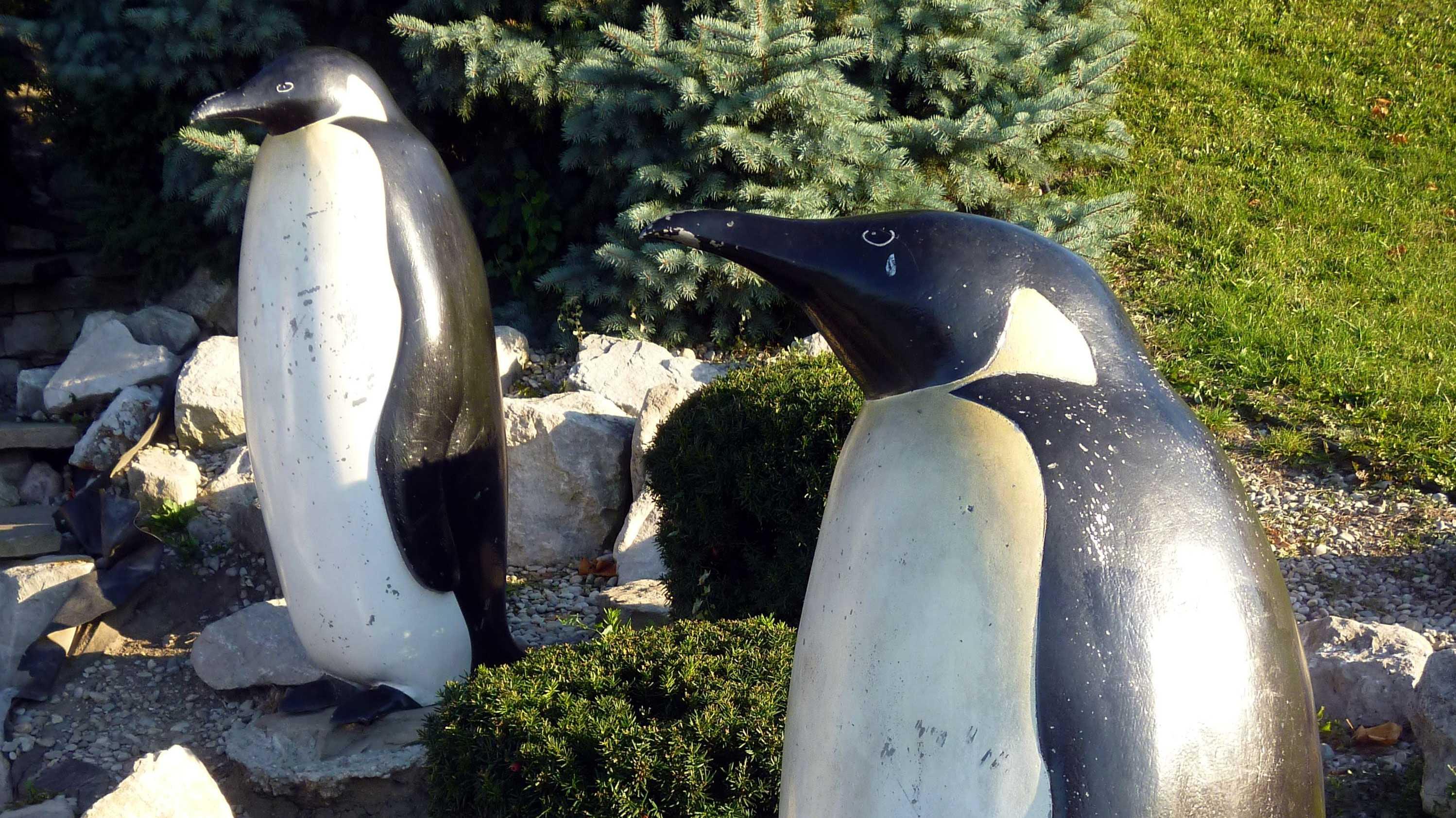2 Pinguin-Statuen