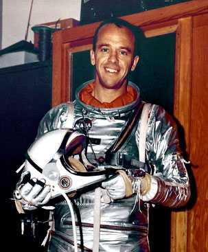 Alan Shepard in silberfarbenem Raumanzug