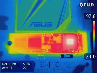 Nach einigen Minuten Volllast erwärmt sich der Controller  (rechts) dieser M.2-SSD (Samsung 950 Pro auf fast 100 °C. Deutlich erkennbar ist auf dem Wärmebild, dass nur der rechte Flash-Chip beschrieben wird.