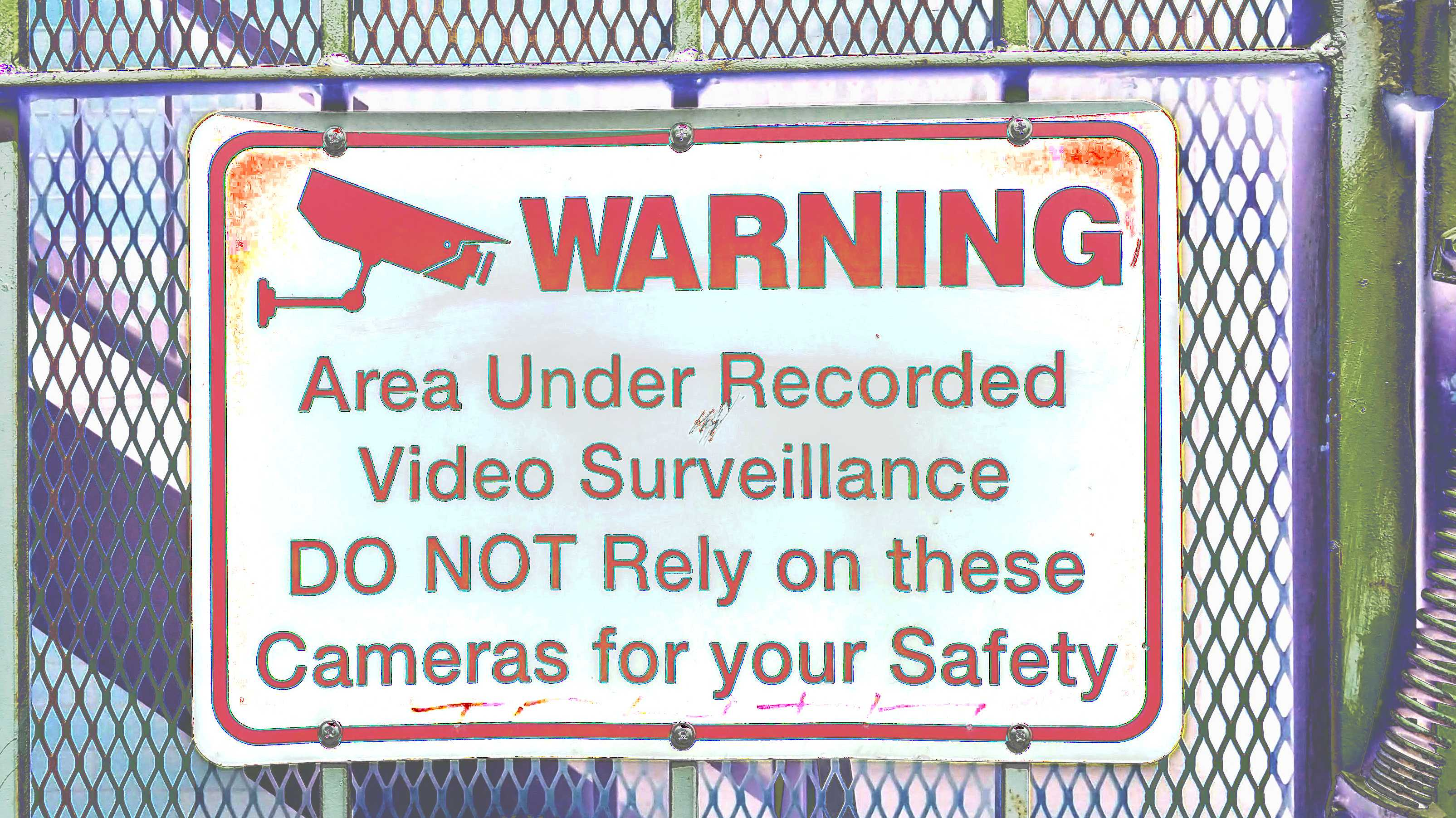 "Schild ""WARNING - Area under recorded video surveillance. DO NOT rely on these cameras for your safety."""