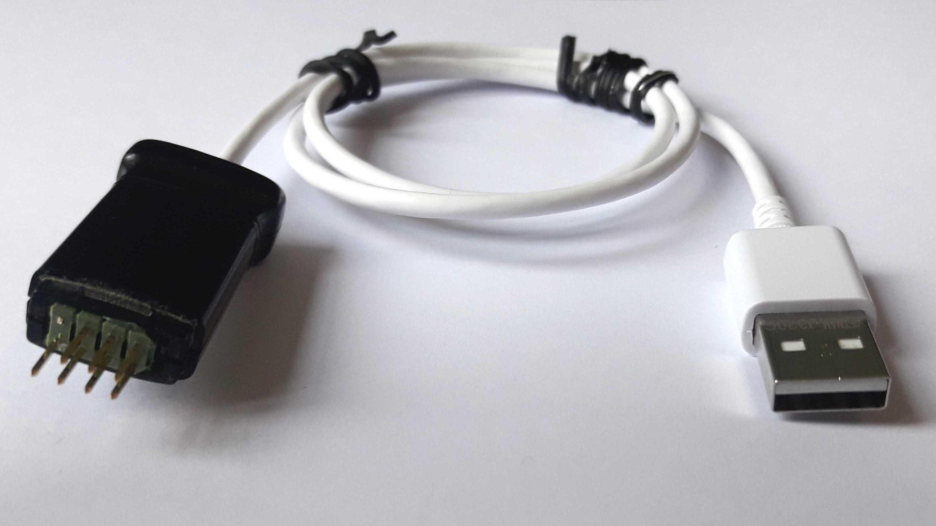 Ein USB-Kabel mit Stiftleiste an einer Seite