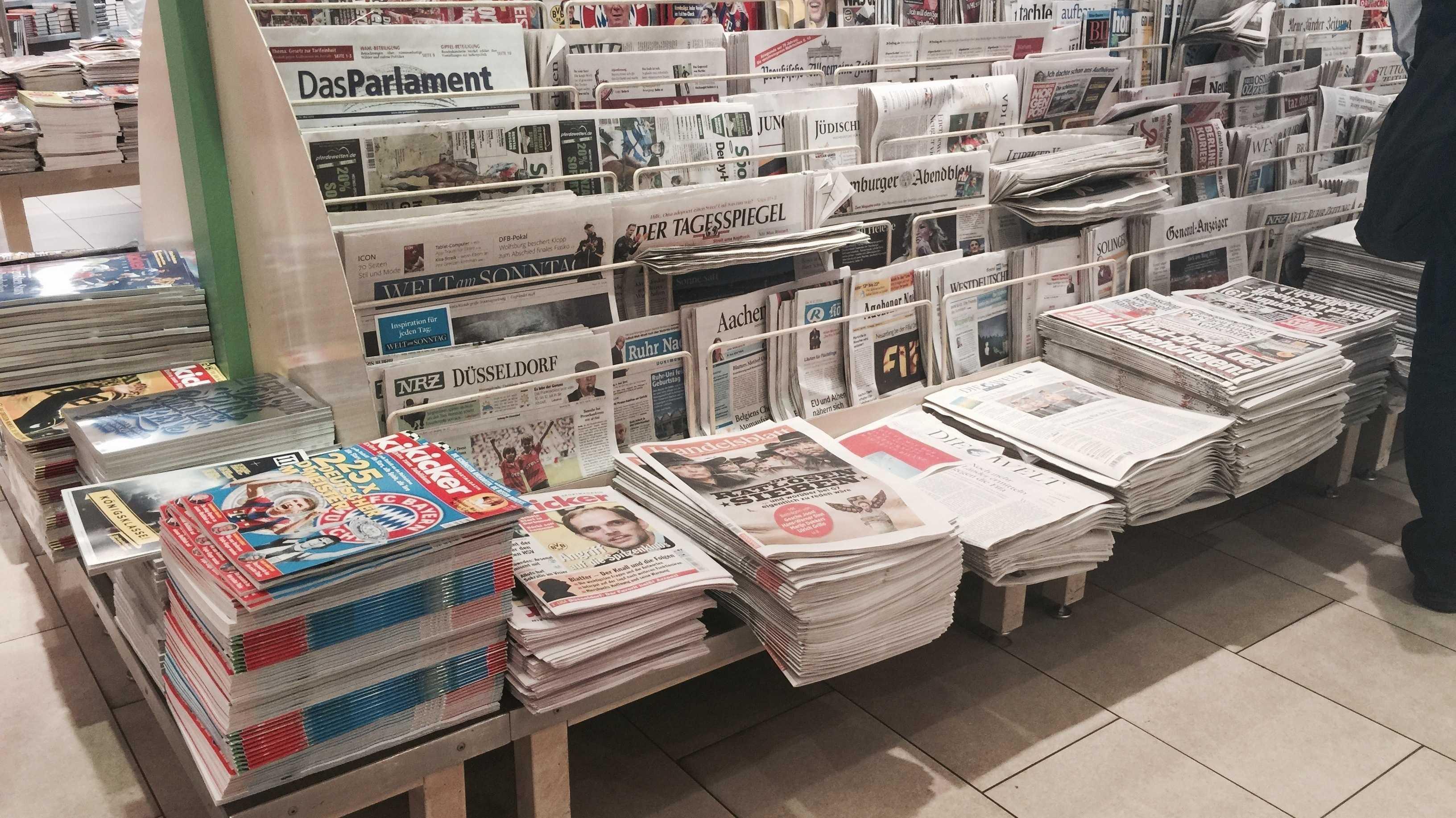 Pressestand im Düsseldorfer Hauptbahnhof