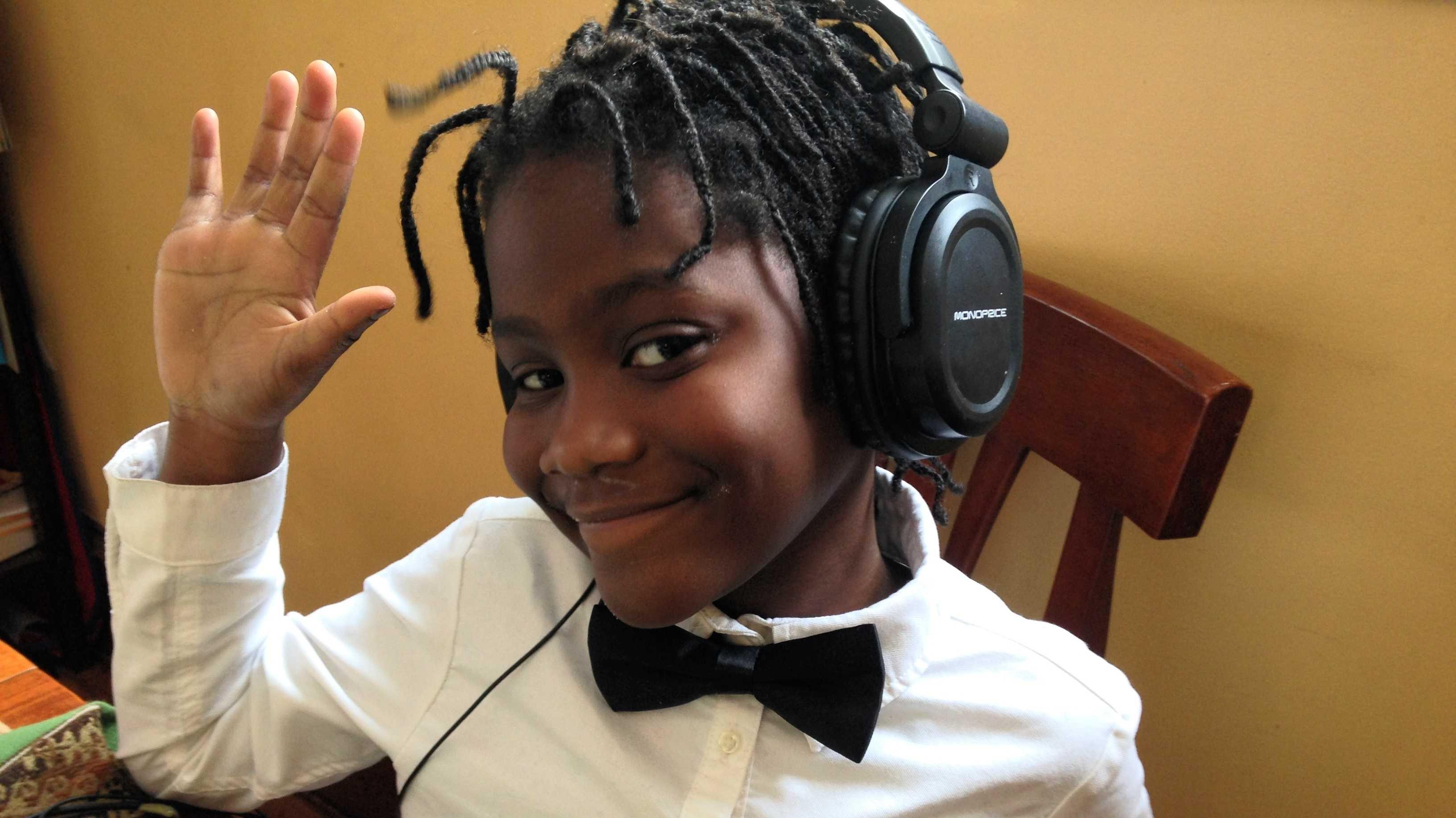 Schwarzes Mädchen mit Kopfhörern
