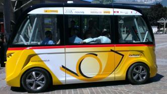 Autonomer Postbus fährt im öffentlichen Nahverkehr