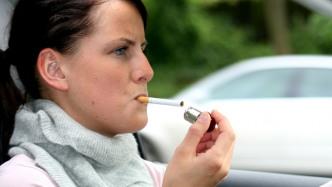Kinderschutz: Experten fordern Rauchverbot im Auto