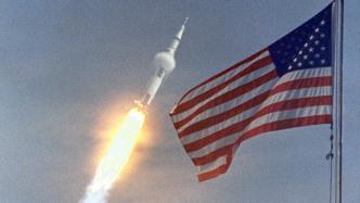 US-Flagge, im Hintergrund startende Rakete