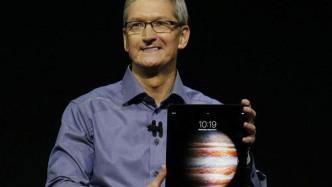 Tim Cook mit iPad Pro