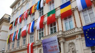 Klassizistisches Gebäude mit internationalen Flaggen