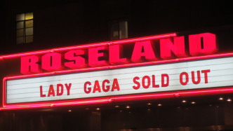 "Aufschrift ""Roseland - Lady Gaga Sold Out"""