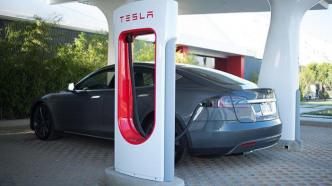 Tesla: Strafgebühr für Ladesäulen-Blockierer