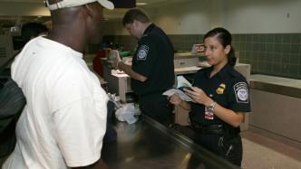 Systemausfall der US-Grenzschutzbehörde verursacht lange Wartezeiten an US-Flughäfen