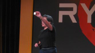 AMD-CEO Lisa Su mit Ryzen-Prozessor