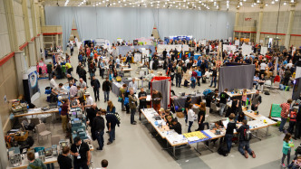 Basteln, hacken, lernen: Auf den weltweiten Maker Faires (wie hier in Hannover 2016) treffen sich Kreative aller Altersgruppen und inspirieren mit ihren Hobbys das Publikum. Die Teilnahme ist kostenlos und unkompliziert.
