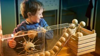 Junge spielt mit Kugelbahn