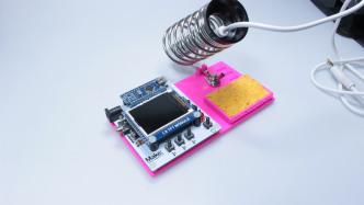 """DIY-Lötstation """"Maiskolben"""" mit pinker Bodenplatte aus dem 3D-Drucker"""