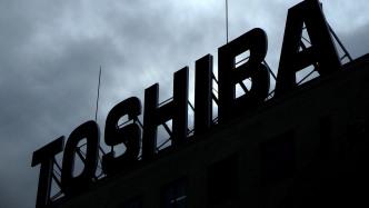 Toshibaschriftzug vor dunklen Wolken