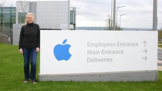 Daniela Kickl auf dem Apple-Gelände
