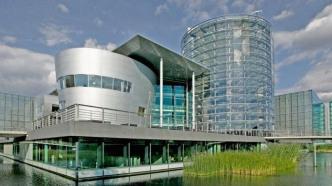 Erster E-Golf aus der Gläsernen VW-Manufaktur geht nach Norwegen