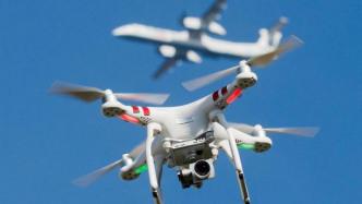 Drohne und Flugzeug