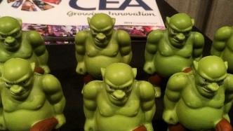 Grüne Patenttroll-Figuren vor CEA-Logo