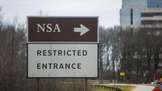 """Wegweiser zur NSA, darunter Schild """"Restricted Entrance"""""""
