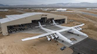 Stratolaunch-Flugzeug verlässt zum ersten Mal den Hangar