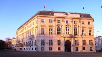 Gebäude mit Fahnen Österreichs und der EU
