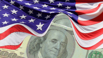 Hundert-US-Dollar-Schein, darüber US-Fahne
