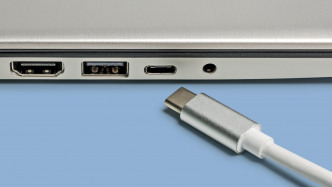 USB Typ C: Stecker vor Buchse, daneben USB-A und Audio-Klinke