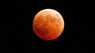 Partielle Mondfinsternis und Perseiden am August-Nachthimmel