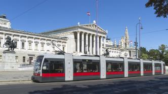Parlamentsgebäude, davor eine Straßenbahn